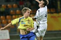Pavlu Simrovi (ve žlutém) se zatím střelecky daří. Po zápase v Hlučíně má na svém kontě už šest gólů.