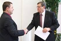 Lukáše Kettner (vlevo) byl v úterý  jmenován do funkce vedoucího odboru zdravotnictví krajského úřadu. Blahopřeje mu hejtman kraje Jiří Běhounek.
