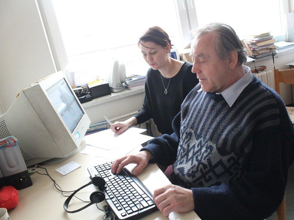 V jihlavském centru nevidomých a slabozrakých Tyflo Vysočina se 5. března konal 17. ročník celostátní soutěže nevidomých ve čtení a psaní. Soutěže se zúčastnil i ředitel pořádající společnosti Tyflo Vysočina Pavel Hegner (na snímku).
