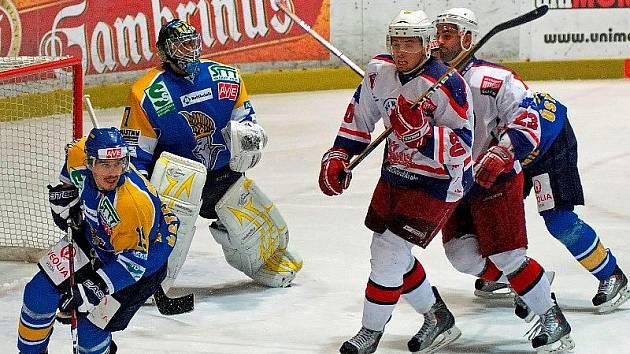 Hokejisté Ústí nad Labem (v modrém) s přehledem vyhráli dlouhodobou část první ligy a jsou spolu s Chomutovem nejžhavějším kandidátem na postup do baráže o extraligu.