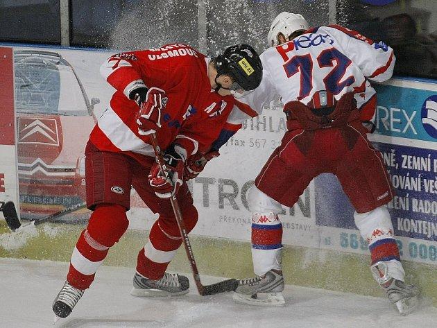 Další přetlačovaná s Hanáky. Před týdnem doma havlíčkobrodští hokejisté (v bílém Aleš Jelínek)  hostili Olomouc, dnes se postaví Prostějovu.