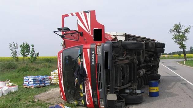 Převrácený kamion u Markvartic na Jihlavsku.