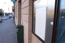 Bílá deska místo bankomatu v Novém Městě na Moravě.