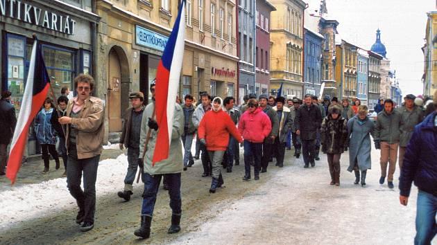 Zástupy vyrazily do ulic Jihlavy. Vzrušená atmosféra očekávání změn zaplňovala v listopadu 1989 centrum města. Na snímku čelo průvodu s vlajkami prochází Palackého ulicí.