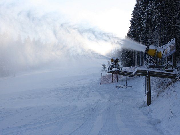 Sněhová děla se na Šacberku nezastavila ani ve středu. Ve čtvrtek sjezdovku vyzkoušejí první lyžaři.