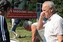 Během ukázky výcviku dravců a kroužkování ptáků se někteří účastníci happeningu podepisovali pod petici za záchranu Sasovského údolí.