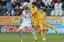 Půjde o všechno. Stejně jako v březnu 2014 mohou i letos v obraně Vysočiny nastoupit stopeři Jiří Krejčí (ve žlutém v souboji s Jakubem Rolincem) a Ondřej Šourek (v pozadí).
