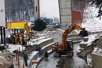 Stavební práce u letního kina probíhají přesně podle harmonogramu. Momentálně se staví most přes řeku Jihlávku. Až bude revitalizace hotová, mohou se děti a jejich rodiče těšit i na dětské hřiště vetvaru draka.