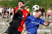 Fotbalisté Humpolce (vlevo David Holoubek) i Bystřice (vpravo Oldřich Veselý) by měli hrát o čelo tabulky.