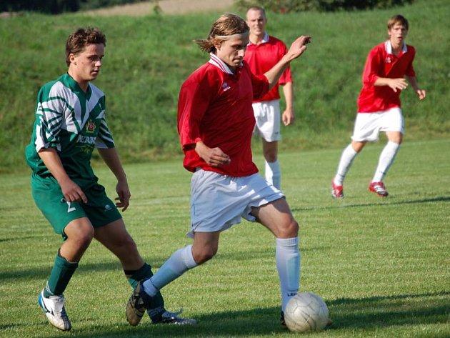 Fotbalisté Ledče (vpravo Martin Turek) se postupových šancí nevzdávají.