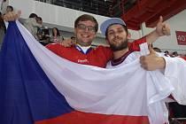 Jakub Kvasnička (vlevo) s kamarádem v českých dresech a s vlajkou přímo na stadionu.