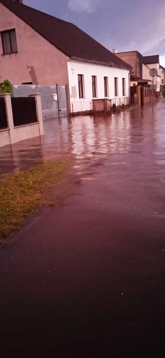 Voda se valila Čenkovskou ulicí v Třešti.