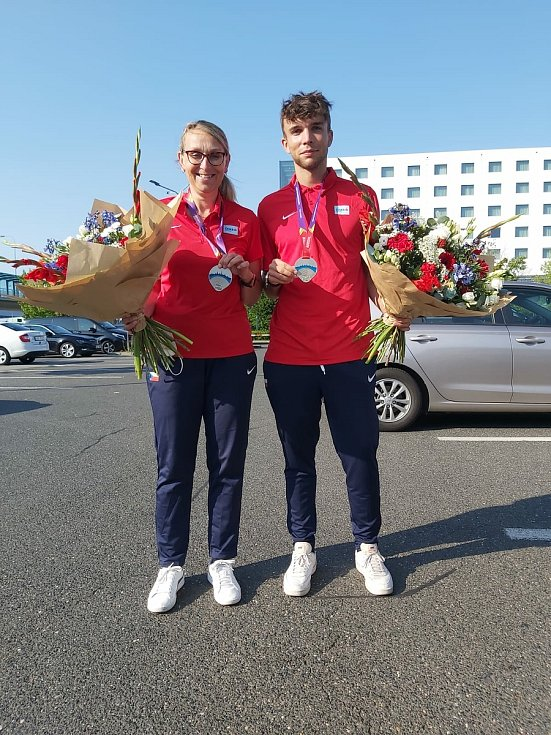 Evropské stříbro. Sprinter Eduard Kubelík se z úspěchu v Tallinnu těší s trenérkou Evou Suchou.