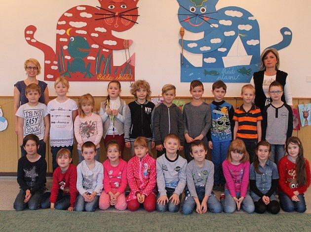 Na fotografii jsou žáci 1.Atřídy jihlavské základní školy Demlova. Jejich třídní učitelkou je Věra Růžičková. Spolu sní je ve třídě asistentka pedagoga Jarmila Hubáčková. Vletošním roce nastoupilo do této první třídy 23prvňáčků.