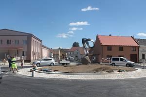 Práce v centru Batelova zatím nekončí, kruhový objezd se symbolem nekonečna je už ale hotový.
