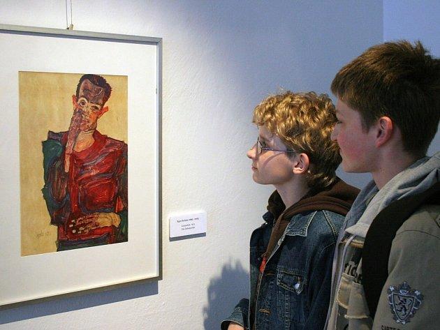 Schiele a Klimt. Faksimile kreseb slavného rakouského malíře Egona Schieleho společně s dalšími kopiemi děl jeho učitele Gustava Klimta vystavuje v těchto dnech Oblastní galerie Vysočina.