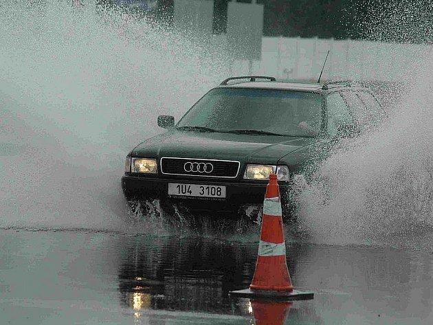 Jednou ze zkoušek, které vyhodnotí schopnosti řidiče, je i manévrování na vozovce plné vody.