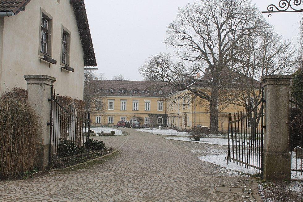Novorenesanční zámek v Rantířově během minulého režimu chátral, nyní vypadá krásně.
