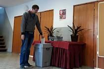 Předseda volební komise Jaroslav Kodys v Hodicích volil mezi prvními.