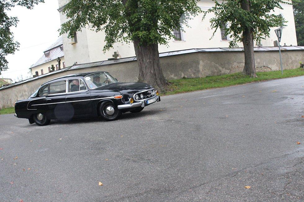 Zpestření. Zhoř na Jihlavsku čekalo o víkendu zpestření. Na své spanilé jízdě se v obci zastavila veteránská auta.