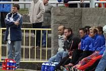 Trenér Antonín Salák (zcela vlevo) si v neděli odbyl nečekanou premiéru na postu hlavního kouče HFK Třebíč. Jeho tým ovšem domácí zápas nezvládl a prohrál smolným gólem z 90. minuty.