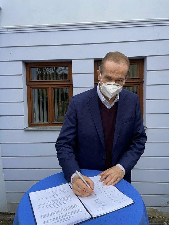 Koaliční smlouvu podepsal i Vít Kaňkovský z KDU-ČSL.
