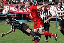 Fotbalisté Žďáru (vlevo v pruhovaném Jan Karásek) cestují do Rájce. Velké Meziříčí (v červeném Miloš Václavek) čeká zápas jara v Šardicích.