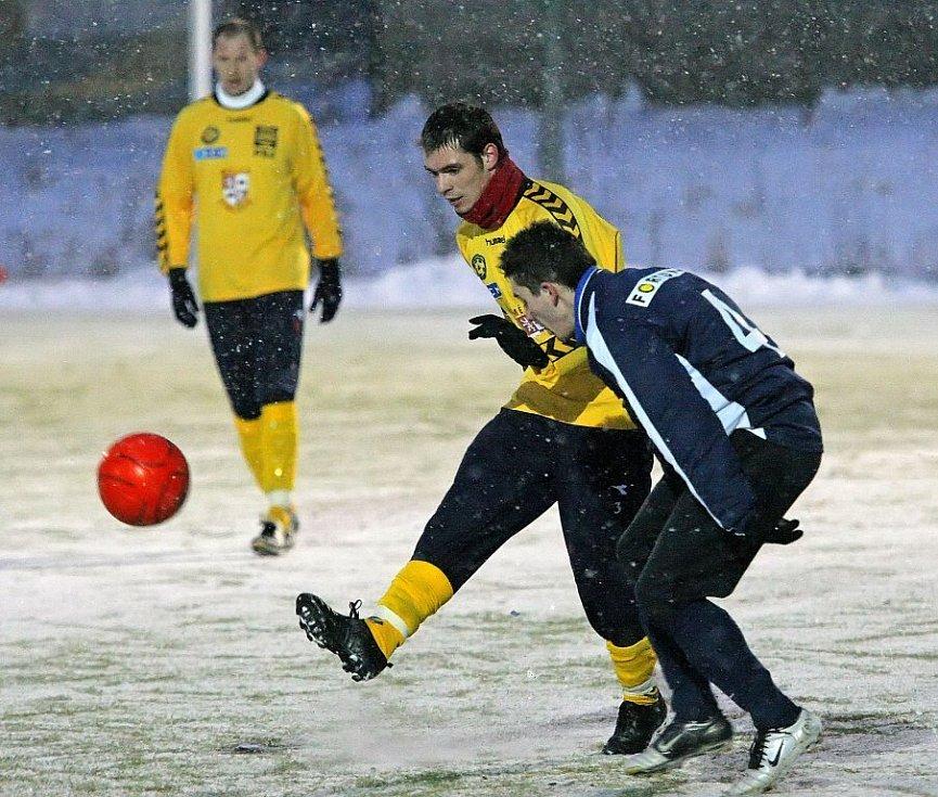 Fotbalisté FC Vysočina (ve žlutém) se v posledním utkání před odjezdem na italské soustředění střetli s divizním týmem HFK Třebíč. Celý zápas doprovázelo silné sněžení, ale i přesto bylo k vidění pár pěkných akcí, především ze strany Jihlavy.