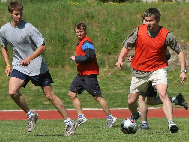 Jihlavští hokejisté včera zahájili přípravu na nový prvoligový ročník. Úvodní trénink patřil především fotbalu. Zahráli si ho také útočníci Oldřich Bakus (vpravo) s Jiřím Kubátem (uprostřed) a obránce Radek Míka.