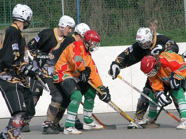 Jan Střecha (v oranžovém vlevo) si po záskoku za starší dorostence opět oblékl dres mladšího výběru Jihlavy a v prvním semifinálovém utkání otevřel skóre.
