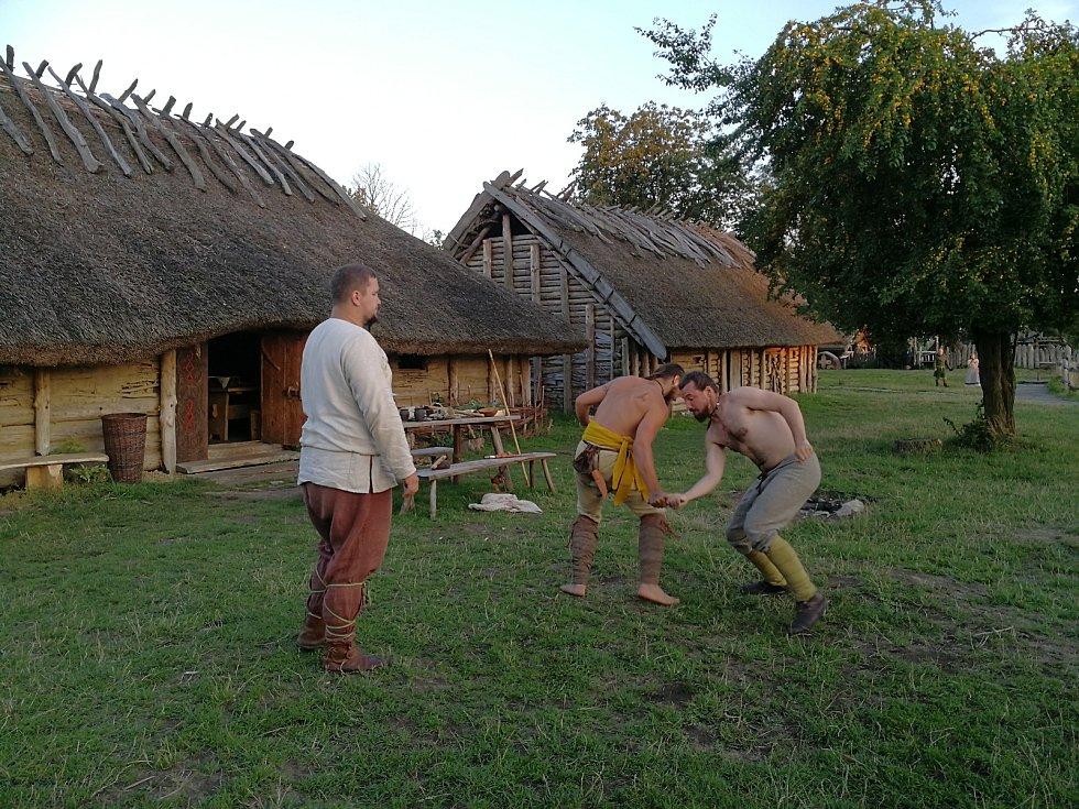 Karolina Kociánová z Jihlavy si vyzkoušela, jak žili vikingové.