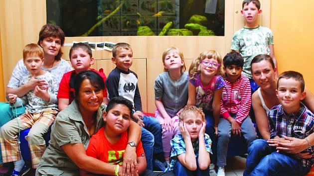 V Základní škole speciální a Praktické škole Jihlava je letos dvanáct prvňáčků. Na fotografii jsou s nimi zleva učitelky Jitka Suchánková, Helena Belatková a Veronika Petřivá. Čtvrtá učitelka Andrea Catt na fotografii chybí.