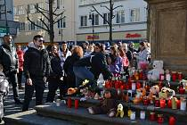 PIETA ZA MAREČKA. Stovky lidí dorazily v neděli 24. února po poledni na lounské Mírové náměstí rozloučit se s tříletým Marečkem, který na následky týrání zemřel 16. února. Lidé zapalovali svíčky, přinášeli plyšáky, pietní místo vznilo u morového sloupu. Z