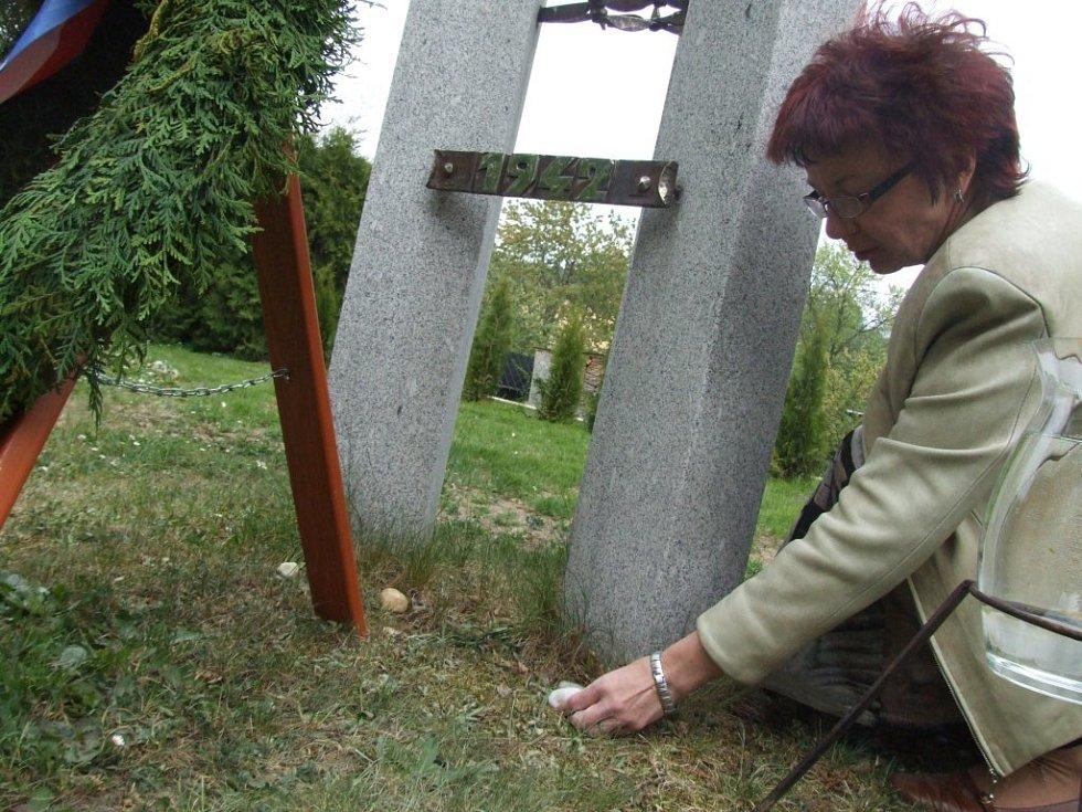 Účastníci pokládali podle židovského obyčeje pod památník s šesticípou hvězdnou kamínky.