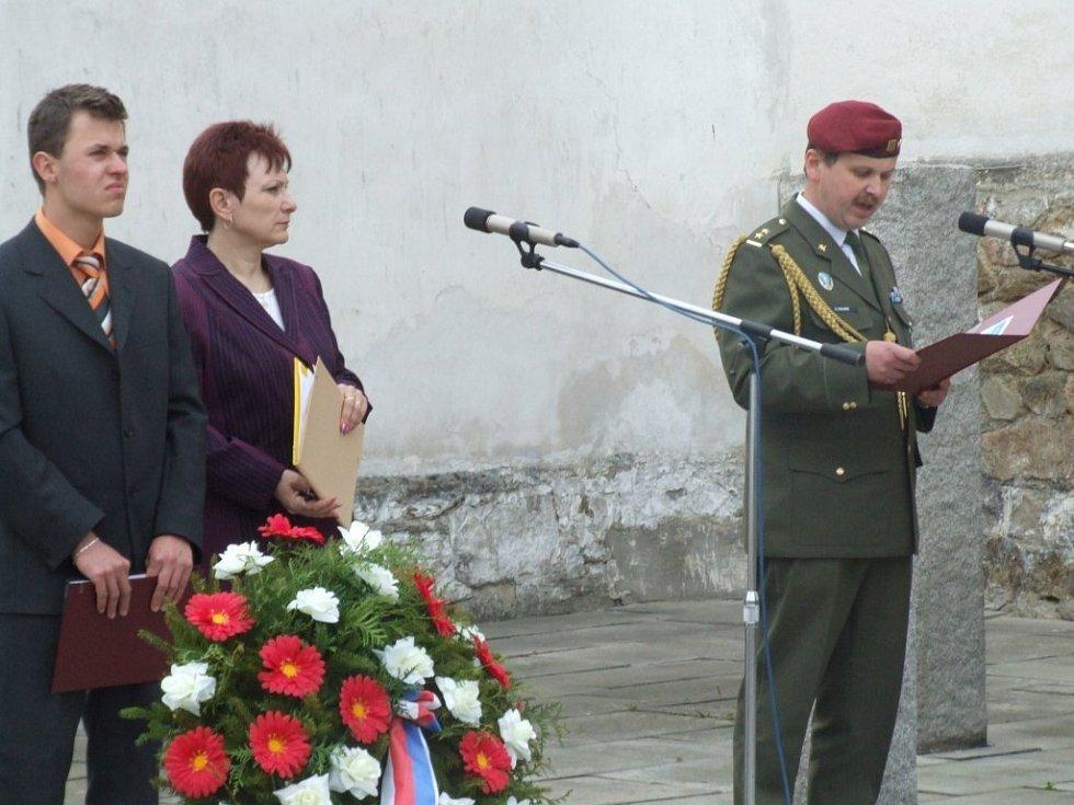Poslední dny války z evropského hlediska přiblížil náčelník štábu krajského vojenského velitelství Vladimír Trávník (vpravo).