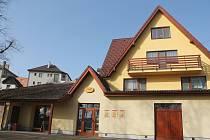 Radnice v Kněžících si koupila zpět obchod, který místní kdysi vybudovali v akci Z a pak ho bezplatně věnovali Jednotě. (nejde o prodejnu na fotografii)
