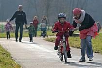 Nevánoční počasí teď využívá nejedno dítě k vyzkoušení vánočního dárku pokud je tímto dárkem kolo. Tento snímek byl pořízen včera na cyklostezce u Světlé nad Sázavou.
