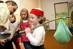 Kromě netradičního prvního školního dne mají ve Zhoři také zajímavé zápisy. Před lety musely děti plnit podobné úkoly jako pohádkový Honza, který se vydal na zkušenou.