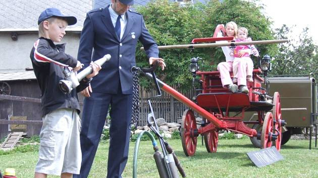 Historický hasičský vůz byl k vidění ve Studnicích při oslavách výročí založení sboru a obce.