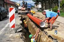 Dělníci pokládají další část kanalizačního potrubí v polovině jednoho jízdního pruhu páteřní komunikace Mrákotína na trase Brno – České Budějovice. Zbývá ještě 200 metrů.
