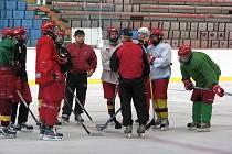 Starší dorostenci Dukly už polykají tréninkové dávky na ledě, kde je trenérské duo Sláma, Trávník nešetří.