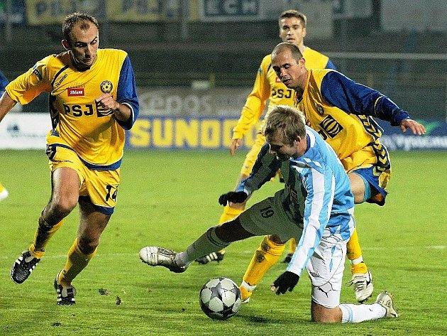 Jihlavský záložník Peter Krutý (vlevo) byl hlavním aktérem zápasu s Čáslaví, které jeho tým vyhrál zaslouženě 5:1.