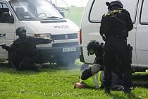 Závažnou kriminalitu se daří vysočinským policistům objasňovat velmi dobře. Snímek je z letošního cvičného zásahu proti únosci automobilu.