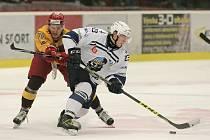 NEDOBYTNÁ TVRZ. Hokejisté Dukly porazili Kadaň a definitivně potvrdili, že v říjnu je jejich led nedobytný. Na Horáckém zimním stadionu vyhráli během tohoto měsíce všech pět zápasů.