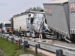 Hromadná nehoda tří kamionů a dvou dodávek na 126. kilometru D1 zastavila 22. dubna odpoledne provoz ve směru na Brno.