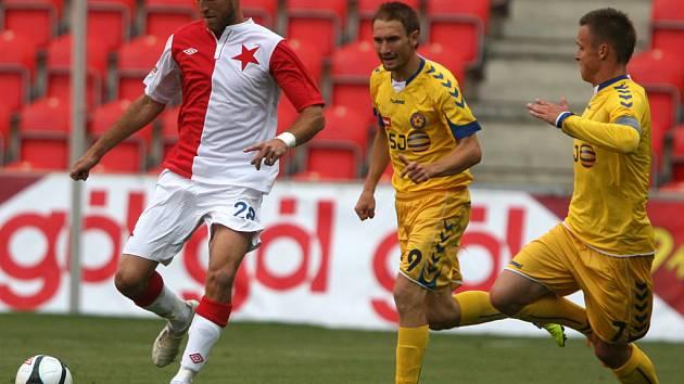 Nadějně rozehrané utkání nedotáhli na Slavii fotbalisté Vysočiny k vítěznému konci. Domácím v závěrečném tlaku výrazně pomohl urostlý stoper Martin Latka (vlevo), kterého marně stíhali i Marek Jungr (č. 9) a Stanislav Tecl (č. 7).