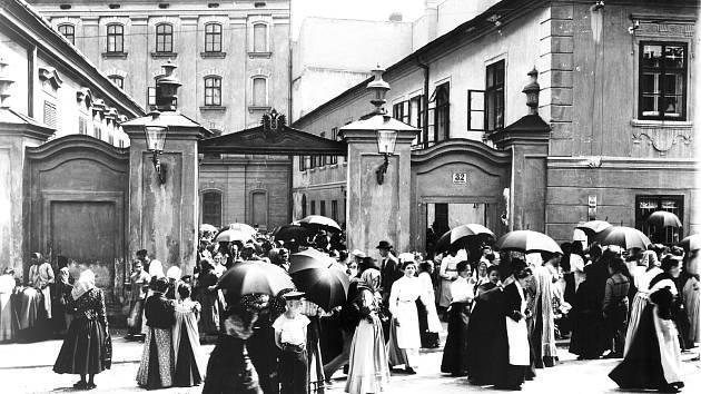 Každodenní jihlavský obrázek z časů Rakousko-Uherska: Ženy odcházejí domů z ranní směny v tabákové továrně.