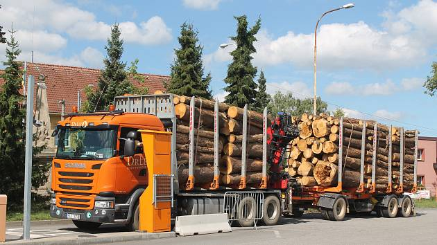 Jsou těžké a ničí silnici. Jihlava bude muset příští rok opravit povrch vozovky v Průmyslové ulici. Na jeho stavu se prý výrazně podepsaly kamiony, které jezdí do Kronospanu.