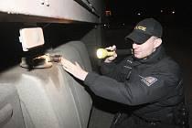 Zloději se nebojí krást naftu ani z vozů, v nichž spí řidiči. Na odstavných parkovištích u dálnice a státních silnic proto občas hlídkují i policisté.