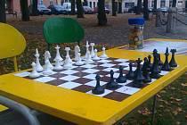 Polenské náměstí poutá už dva týdny pozornost hracími lavicemi se společenskými hrami.